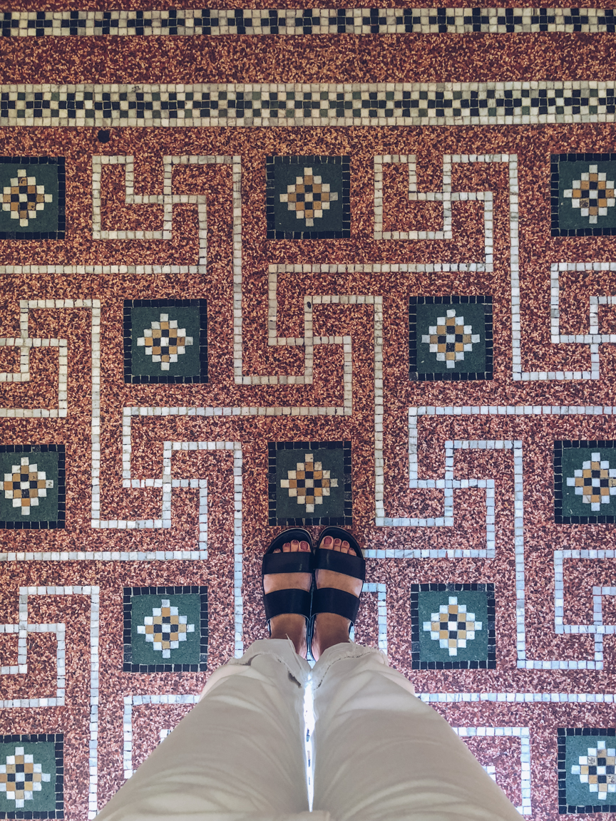 tiled floors in begijnhof amsterdam